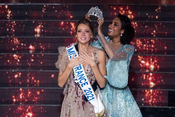 Nová Miss France 2021 Amandine Petit (vlevo) a Miss France 2020 Clemence Botino - Sputnik Česká republika