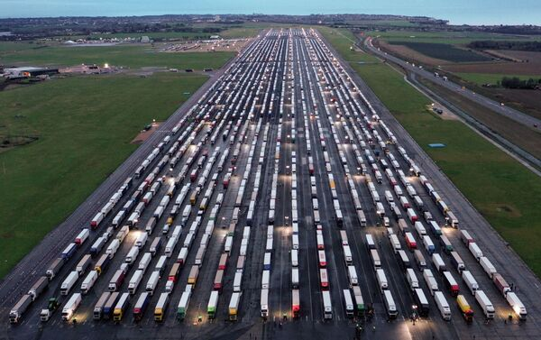 Pohled shora na nákladní automobily ve Velké Británii - Sputnik Česká republika