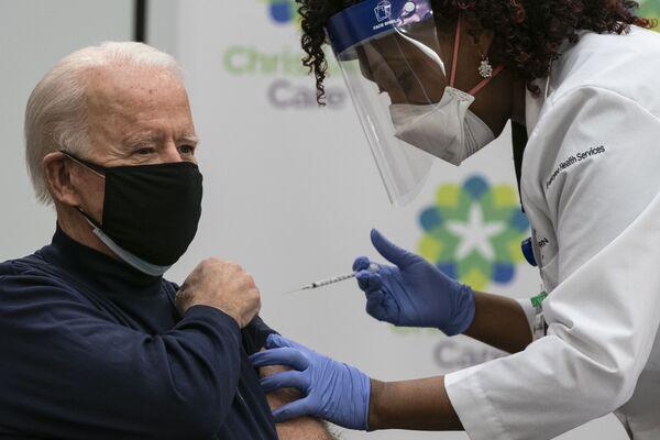 Joe Biden během vakcinace - Sputnik Česká republika