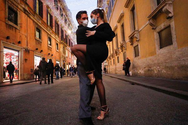 Lidé tančí tango na ulici v Římě na Štědrý den, Itálie - Sputnik Česká republika