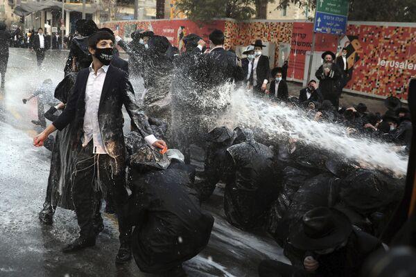 Izraelská policie a ultra-ortodoxní lidé blokující silnice během demonstrace v Jeruzalémě - Sputnik Česká republika