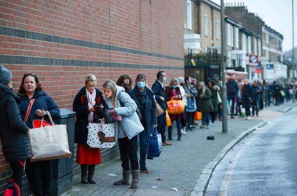 Fronty okolo supermarketů Waitrose a Partners v Londýně, Velká Británie - Sputnik Česká republika