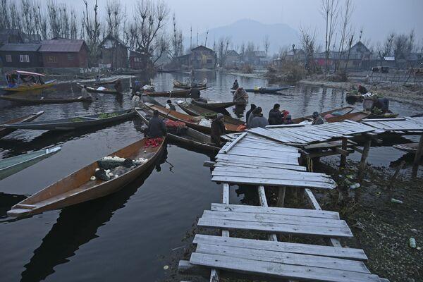 Překupníci v časných ranních hodinách v Srinagar - Sputnik Česká republika