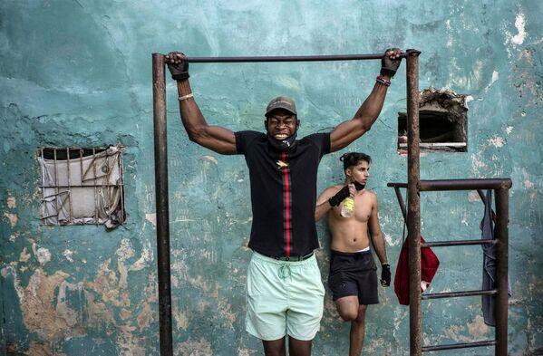 Muž během sportování na ulici v Havaně, Kuba - Sputnik Česká republika
