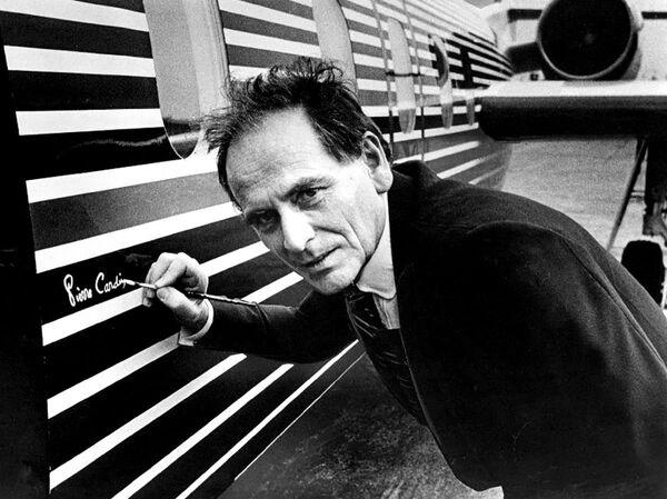 Módní návrhář Pierre Cardin podepisuje letadlo. - Sputnik Česká republika