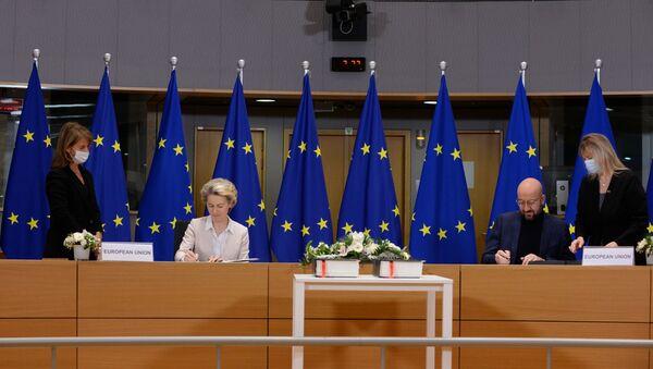 Předsedkyně Evropské komise Ursula von der Leyen a předseda Evropské rady Charles Michel Shaw podepisují obchodní dohodu o brexitu - Sputnik Česká republika