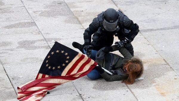 Policie zadržuje demonstranta před Kongresem ve Washingtonu - Sputnik Česká republika