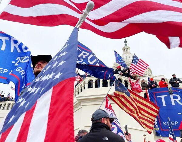 Washington je uvržen do chaosu. Podívejte se, jak příznivci Trumpa zaútočili na Kapitol - Sputnik Česká republika