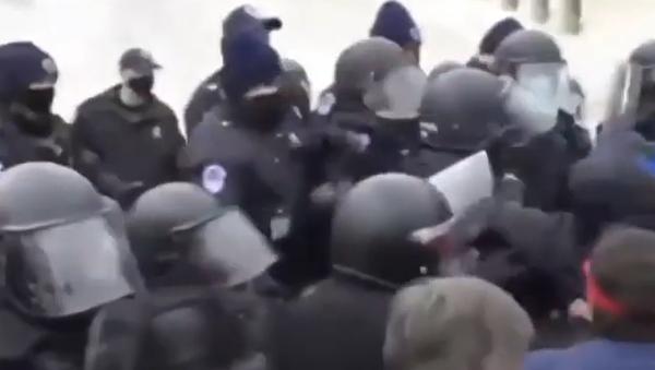 Střety s policií, zranění a mrtví: Kapitol poprvé za 200 let obsadili protestující - Sputnik Česká republika