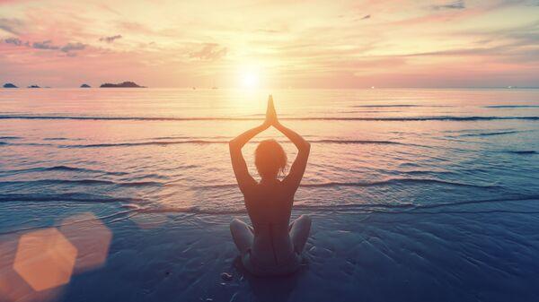 Девушка медитирует на берегу океана - Sputnik Česká republika