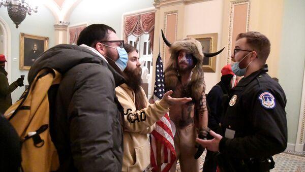 Policie konfrontuje stoupence prezidenta Donalda Trumpa, když demonstrovali ve druhém patře amerického Kapitolu u vchodu do Senátu po porušení bezpečnostní obrany, ve Washingtonu - Sputnik Česká republika