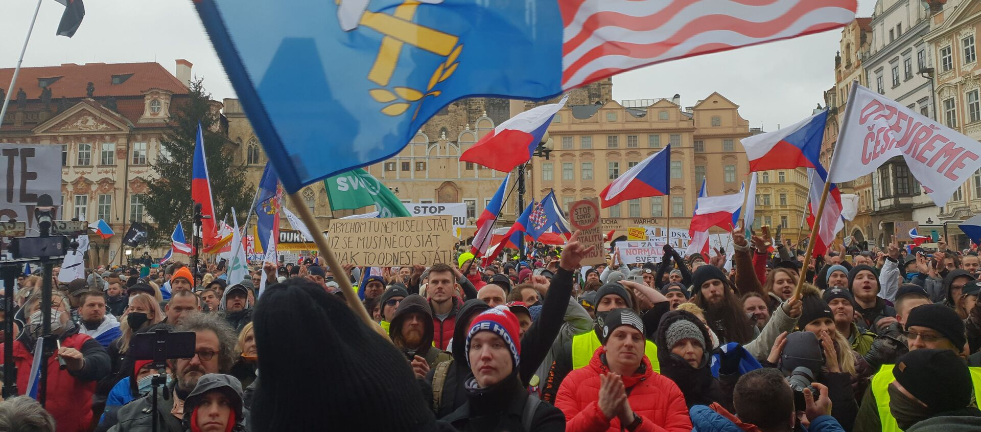 V centru Prahy protestovalo proti vládním opatřením - Sputnik Česká republika, 1920, 08.02.2021