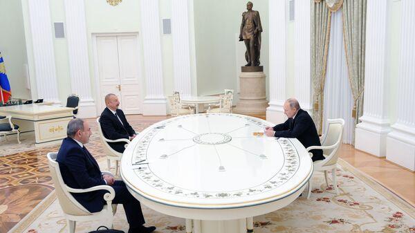 Prezident RF Vladimir Putin, lídr Ázerbájdžánu Ilham Alijev a premiér Arménie Nikol Pašinjan - Sputnik Česká republika