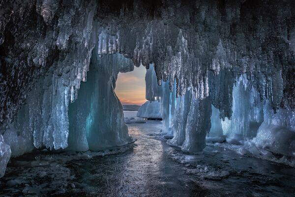 Dmitrij Archipov. Ledová jeskyně na Bajkalu. Irkutská oblast. 2020 - Sputnik Česká republika