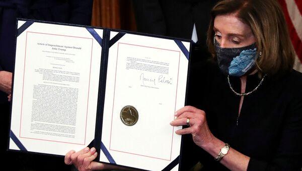 Předsedkyně Sněmovny reprezentantů USA Nancy Pelosiová ukazuje článek o impeachmentu bývalého prezidenta Donalda Trumpa - Sputnik Česká republika