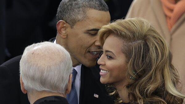 Americký prezident Barack Obama hovoří se zpěvačkou Beyoncé během inauguračního ceremoniálu ve Washingtonu DC - Sputnik Česká republika