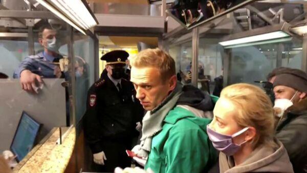 Alexej Navalnyj při zadržení na letišti v Moskvě - Sputnik Česká republika