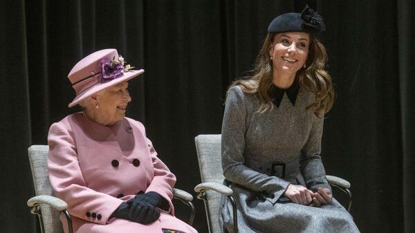 Vévodkyně z Cambridge Kate Middletonová a britská královna Alžbeta II. - Sputnik Česká republika