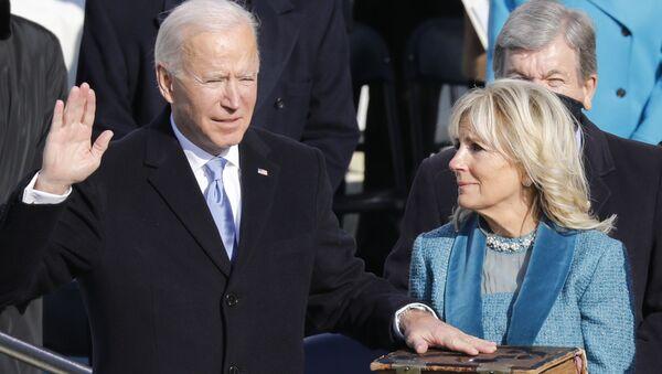 Prezident Spojených států Joe Biden a jeho manželka Jill Bidenová skládají přísahu - Sputnik Česká republika