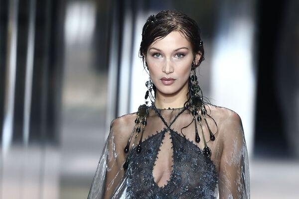 Americká modelka Bella Hadid předvádí modely britského návrháře Kima Jonese z kolekce Fendi jaro-léto 2021 na pařížském haute couture fashion weeku - Sputnik Česká republika