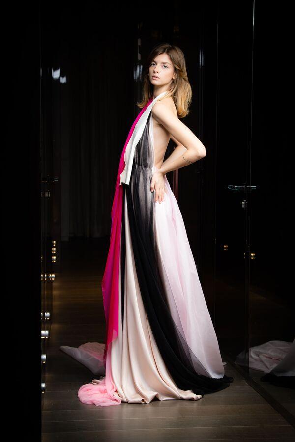 Modelka předvádí modely italské návrhářky Sofie Crociani z kolekce Aelis jaro-léto 2021 2021 na pařížském haute couture fashion weeku - Sputnik Česká republika