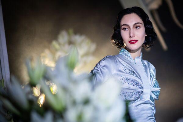 Modelka předvádí kolekci francouzského návrháře Juliena Fournieho na pařížském haute couture fashion weeku  - Sputnik Česká republika