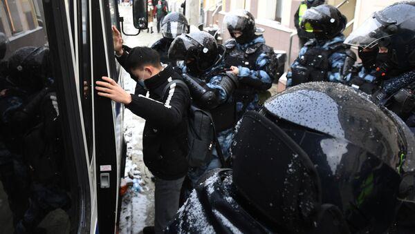 Policisté zadrželi účastníka nelegálního shromáždění příznivců Alexeje Navalného v Moskvě - Sputnik Česká republika