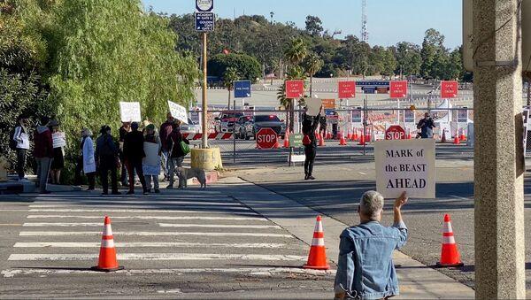 Протестующие против вакцинации на стадионе Доджер в Лос-Анджелесе  - Sputnik Česká republika