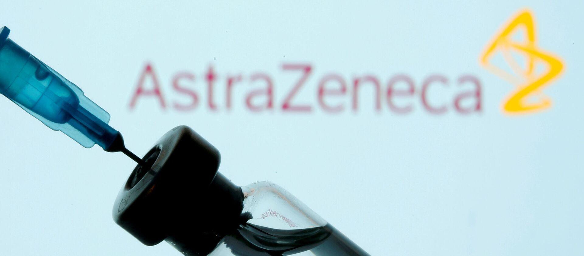 Injekční lahvička a stříkačka před zobrazeným logem AstraZeneca - Sputnik Česká republika, 1920, 02.02.2021