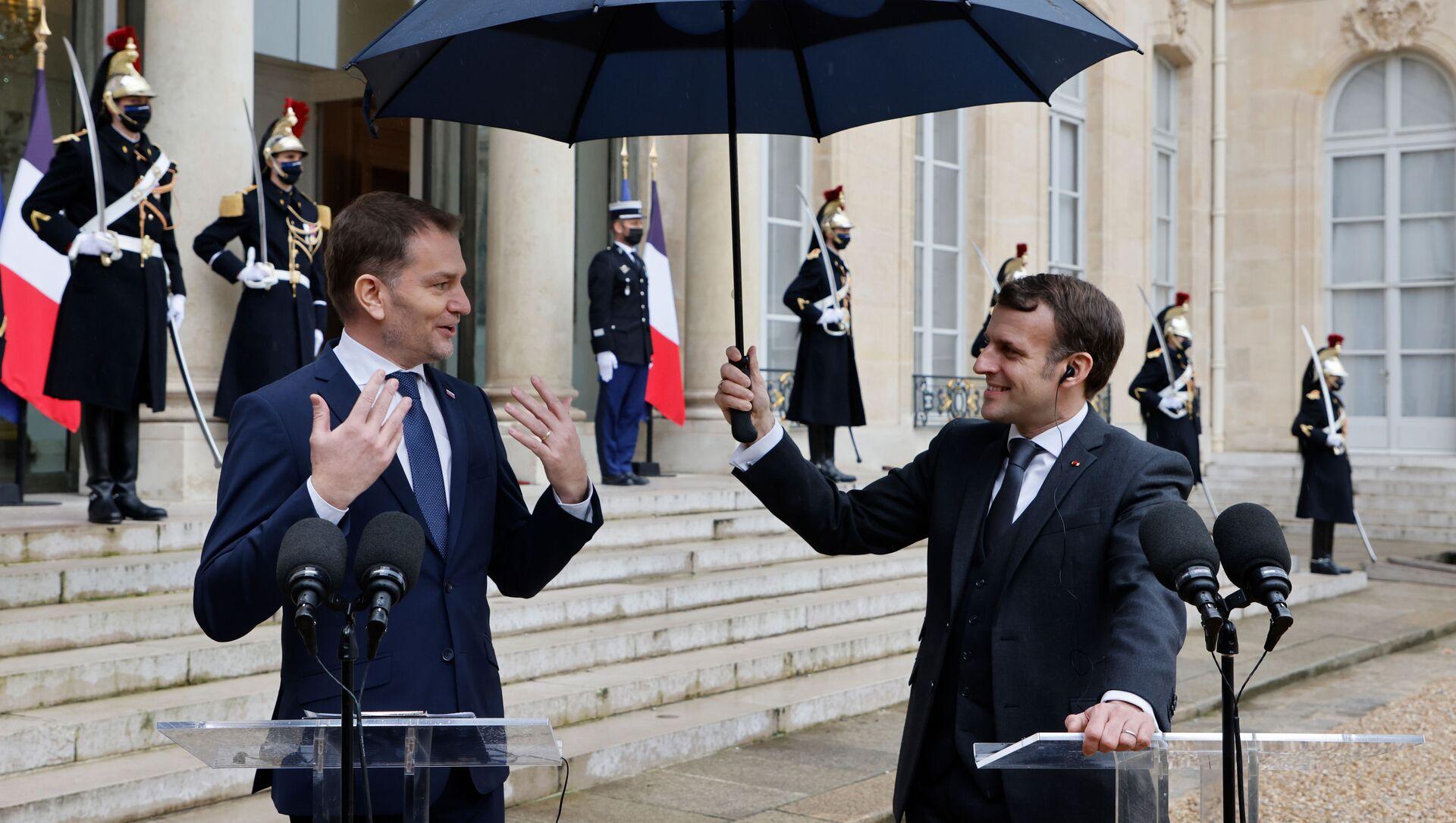 Emmanuel Macron drží deštník Igoru Matovičovi - Sputnik Česká republika, 1920, 04.02.2021