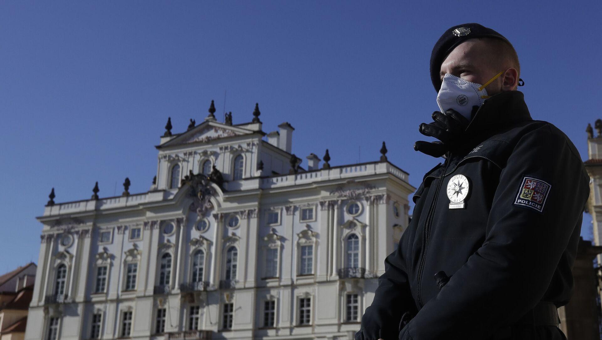 Policista na stráži před Pražským hradem  - Sputnik Česká republika, 1920, 26.03.2021
