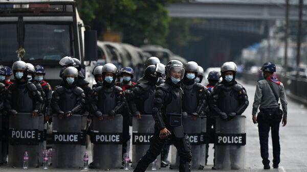 Policie v Myanmaru během protestní akce - Sputnik Česká republika