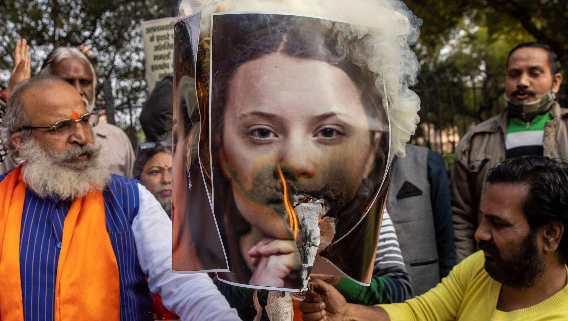 Aktivisté z organizace United Hindu Front vypálili podobiznu aktivistky Grety Thunbergové na protest proti celebritám za komentování protestujících farmářů v Novém Dillí - Sputnik Česká republika, 1920, 07.02.2021