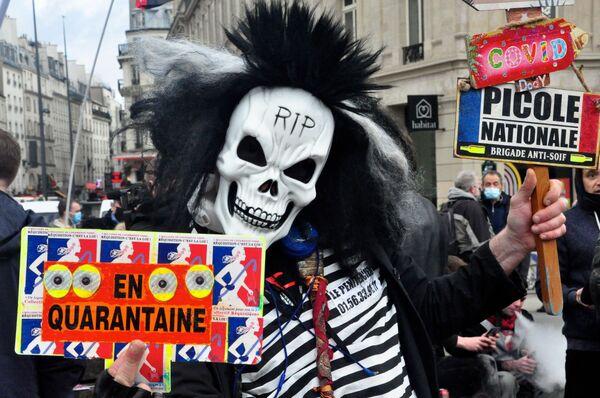 Účastník protestu proti návrhu zákona O globální bezpečnosti na náměstí Republiky v Paříži. - Sputnik Česká republika