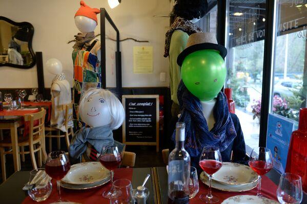 Figuríny v prázdné restauraci Chez Therese na protest proti antikoravirovým opatřením vyhlášeným belgickou vládou. - Sputnik Česká republika