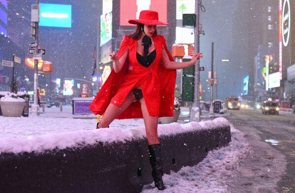 Dívka na náměstí Times Square v New Yorku během hustého sněžení. - Sputnik Česká republika
