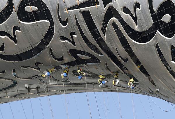 Dělníci visí na budově Muzea budoucnosti v Dubaji ve Spojených arabských emirátech. - Sputnik Česká republika
