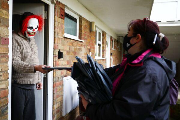 Dobrovolníci rozdávají ve Velké Británii testy na koronavirus. - Sputnik Česká republika
