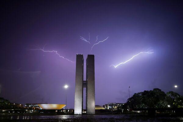Blesk nad Národním kongresem v Brazílii. - Sputnik Česká republika