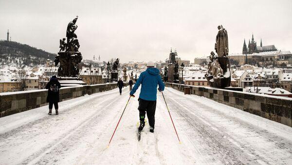 Bílé kouzlo nebo dopravní kolaps? Praha se ocitla ve sněhovém zajetí, na Karlově mostě se objevili běžkaři - Sputnik Česká republika