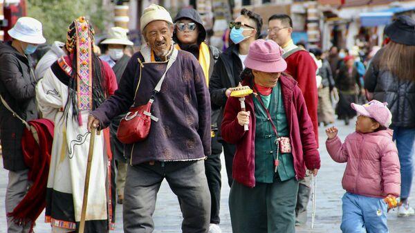 Místní obyvatelé města Lhasa v Tibetu - Sputnik Česká republika
