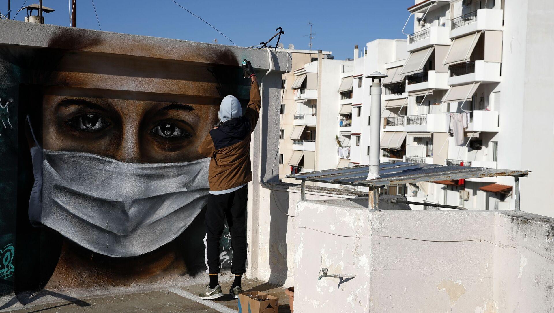 Řecký umělec S.F. maluje graffiti na téma koronaviru v Aténách - Sputnik Česká republika, 1920, 09.02.2021