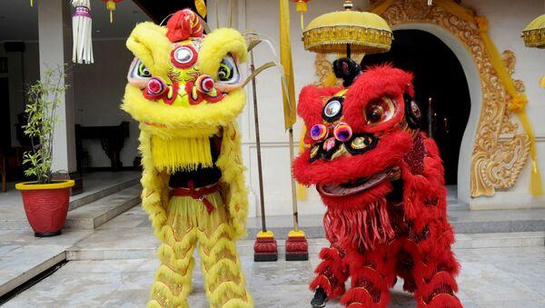 Lidé v kostýmech lvů v čínském chrámu první den lunárního nového roku v Kutě na Bali - Sputnik Česká republika