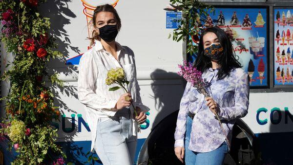 Dívky s kyticemi na Rockefeller Plaza před Valentýnem v New Yorku, USA - Sputnik Česká republika