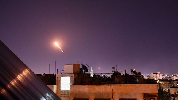 Zachycení izraelských raket nad Damaškem protivzdušnou obranou Sýrie  - Sputnik Česká republika