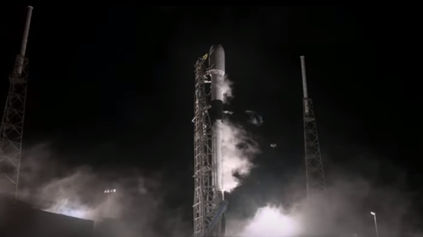 Nosná raketa Falcon 9 chvíli před startem s mysu Canaveral na Floridě - Sputnik Česká republika
