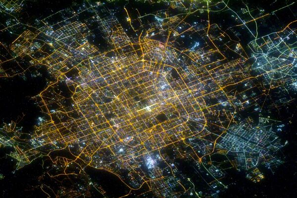 Noční Peking vyfocený ruským kosmonautem Sergejem Kuď-Sverčkovem. - Sputnik Česká republika