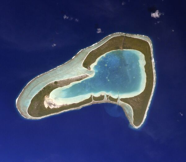 Ostrov Tūpai ve Francouzské Polynésii připomínájící svým tvarem srdce. Autorem fotografie je ruský kosmonaut Sergej Kuď-Sverčkov z paluby ISS. - Sputnik Česká republika