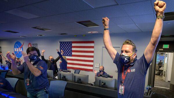 Macron je spokojen, děti jsou šťastné: Jak dopadlo přistání vozítka Perseverance na Marsu - Sputnik Česká republika