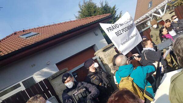 Protestní akce před domem ministra Hamáčka - Sputnik Česká republika